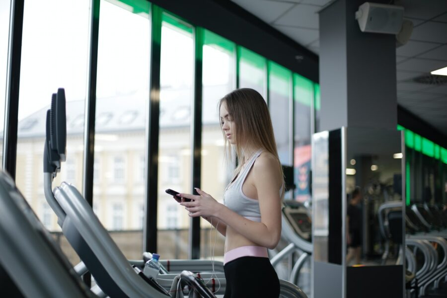 How Many Calories Are Burned on the Treadmill? girl treadmill pic